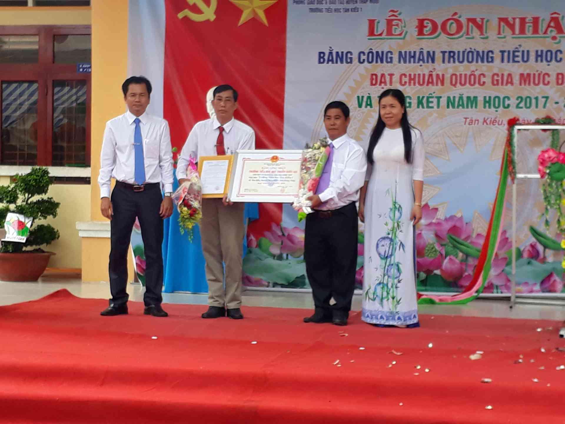 Trao quyết định và bằng công nhận trường đạt chuẩn quốc gia mức độ 1 Ông Trần Văn Lập (bên trái) và bà Ngô Thúy Anh (bên phải)
